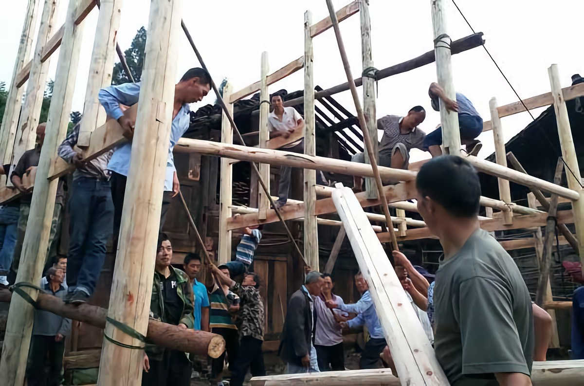 Erecting the structure for the Miaoxia Community Kitchen in July 2015.