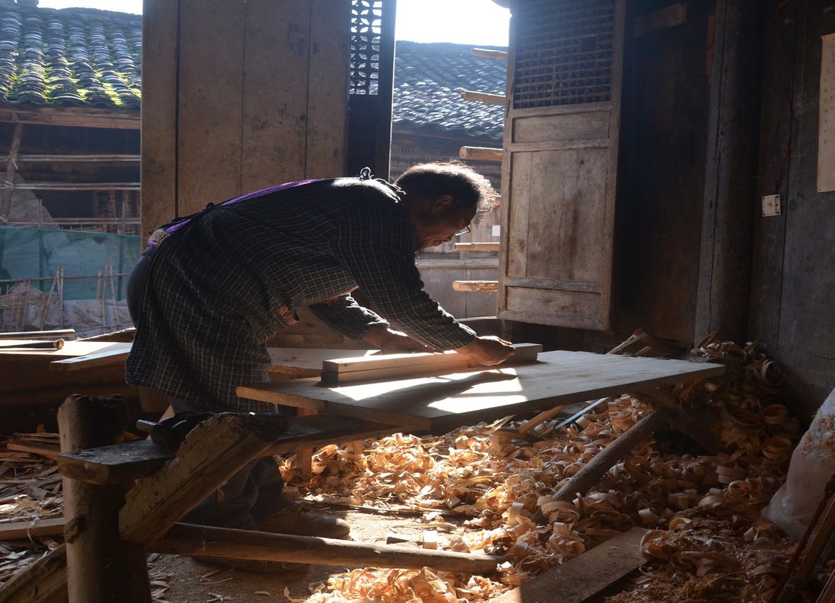 Miaoxia community guesthouse carpentry work.